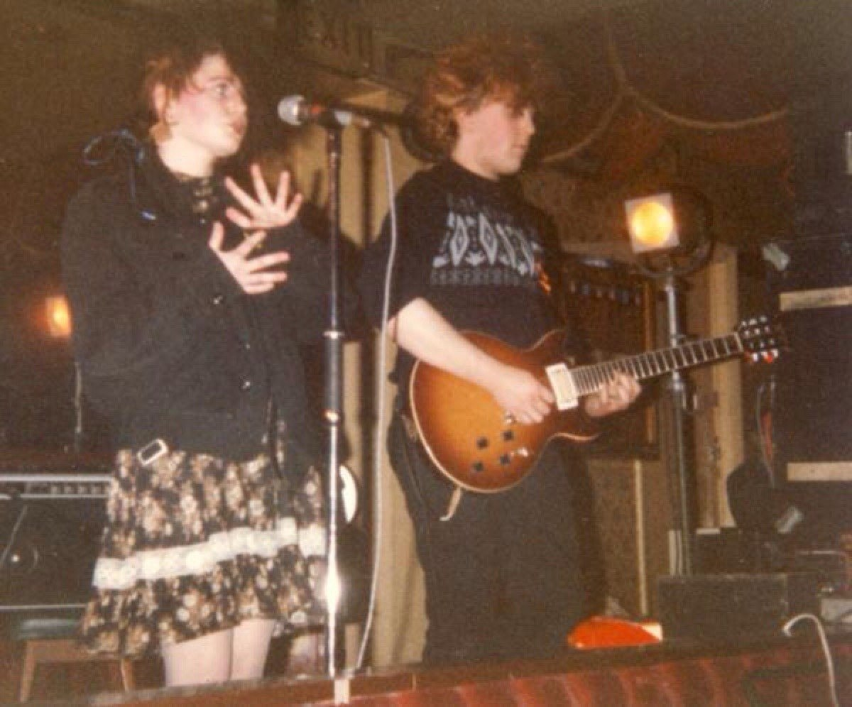 Liz and Robin on stage at Bradford Manhattan Club, 10-Jan 1982. (Photo: Steve Beaumont)
